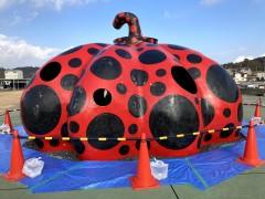 草間彌生「赤かぼちゃ」2006年 直島・宮浦港緑地